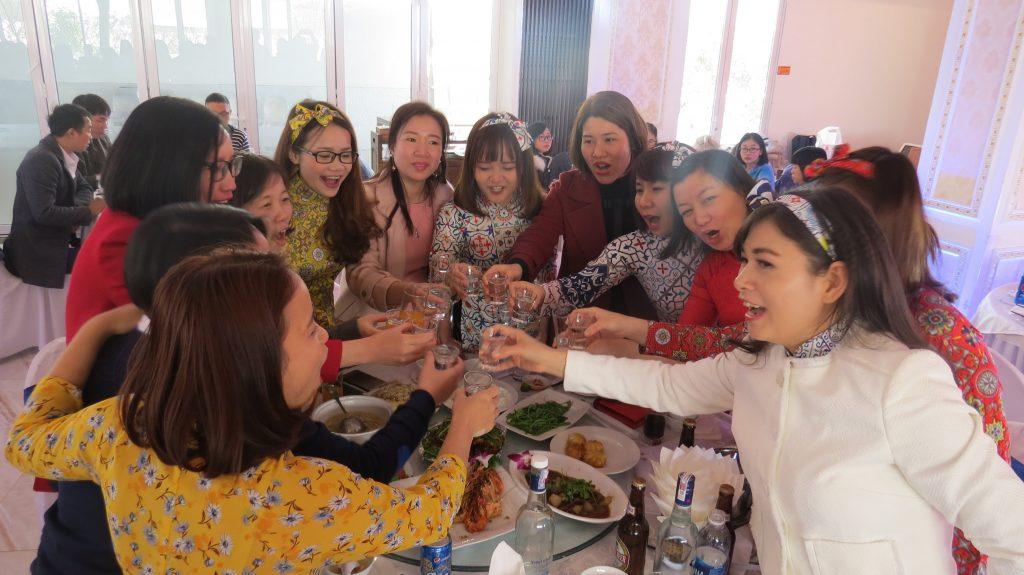 Ấn Hồng ăn tiệc 1